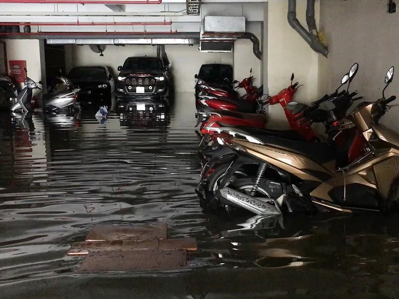 Mưa lớn, nước như thác đổ nhấn chìm hầm xe chung cư - ảnh 4