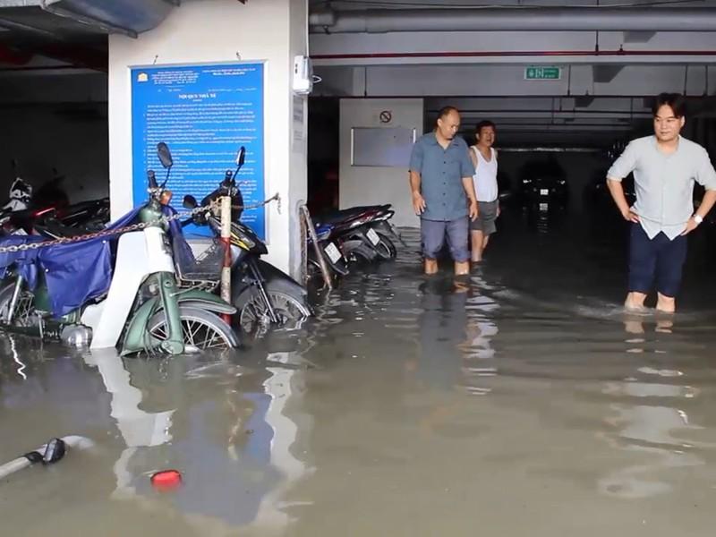 Mưa lớn, nước như thác đổ nhấn chìm hầm xe chung cư - ảnh 3