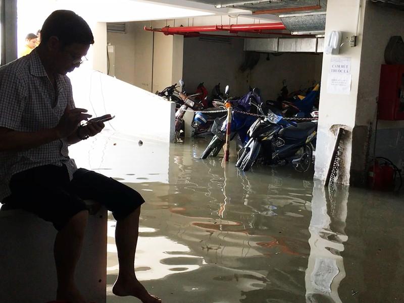 Mưa lớn, nước như thác đổ nhấn chìm hầm xe chung cư - ảnh 9