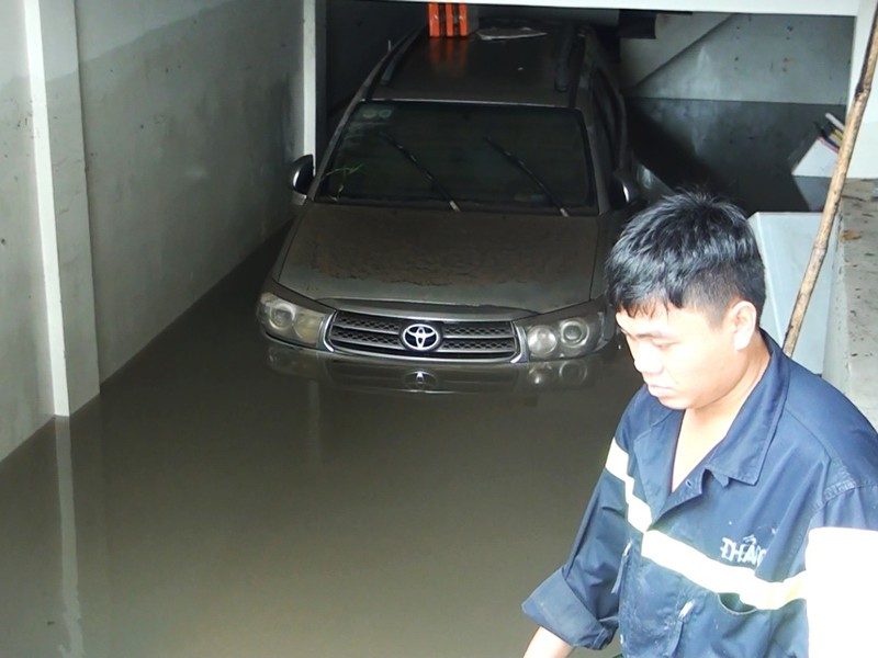 Mưa lớn, nước như thác đổ nhấn chìm hầm xe chung cư - ảnh 2