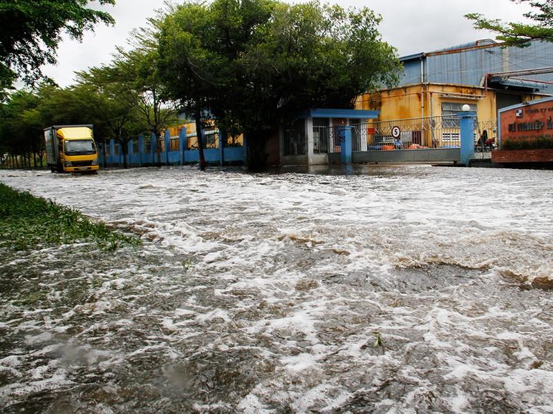 Nước ngập nhiều ngày ở KCN, nhiều công ty đóng cửa - ảnh 9