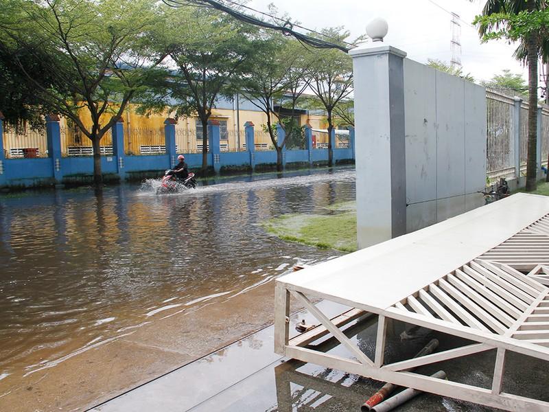Nước ngập nhiều ngày ở KCN, nhiều công ty đóng cửa - ảnh 3