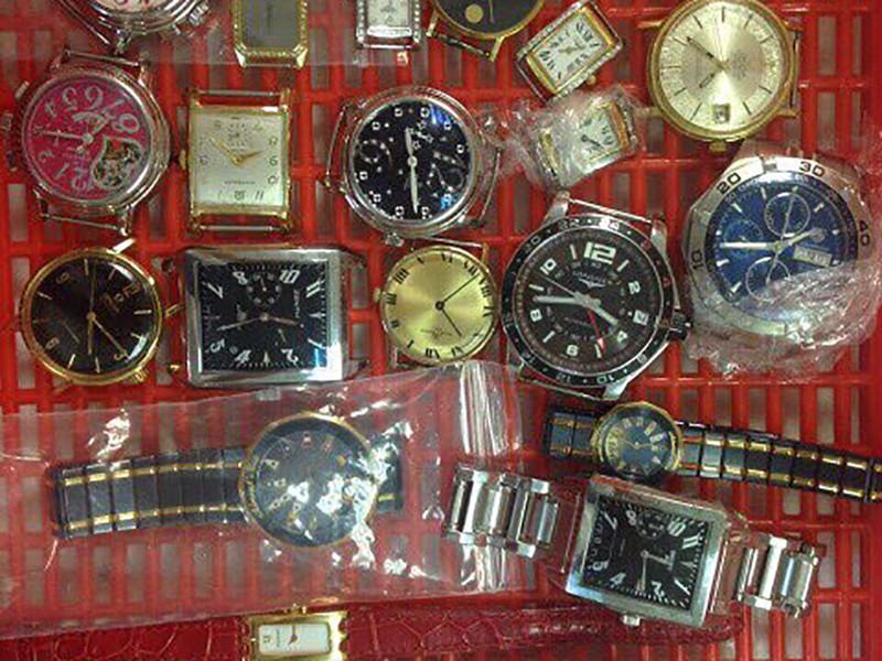 Nhiều đồng hồ trong ống quần của khách xuống sân bay - ảnh 1