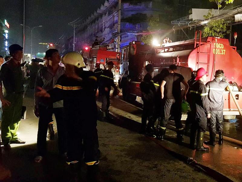 Cháy tiệm cafe quận 8, nhiều người mắc kẹt kêu cứu - ảnh 1
