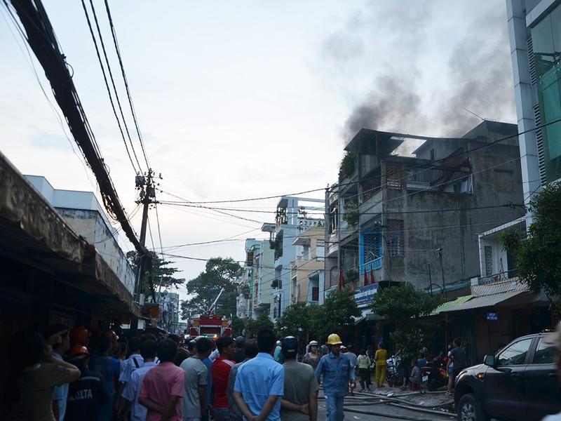Cháy cửa hàng phụ tùng xe máy, cả khu chợ hốt hoảng - ảnh 2
