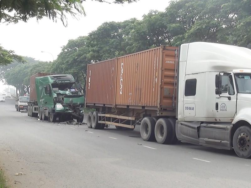 Người dân cạy cửa cứu tài xế container  - ảnh 1