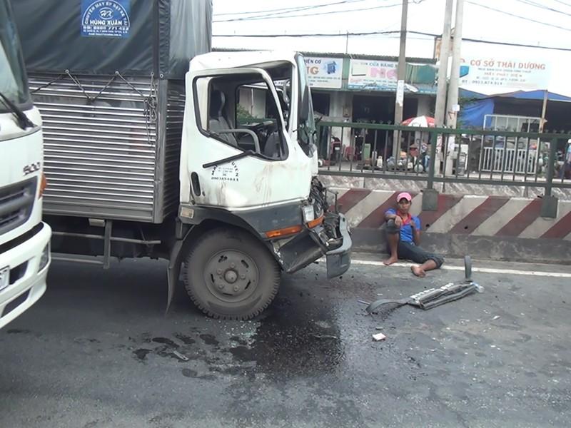 Tài xế kẹt trong cabin sau cú tông 3 xe tải ở Bình Tân - ảnh 1