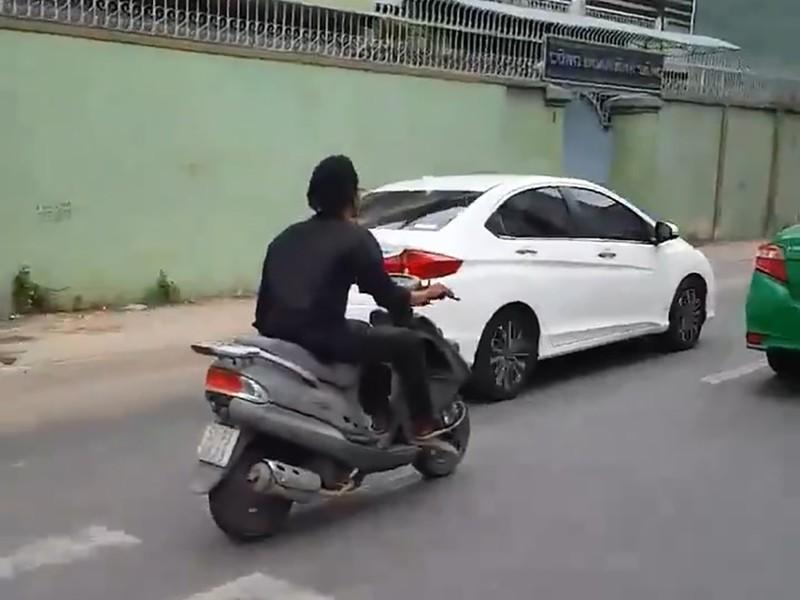 Công an truy tìm kẻ điên cuồng chặt kính ô tô ở Sài Gòn - ảnh 1