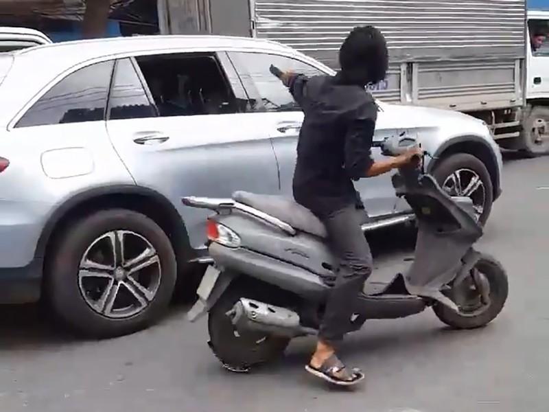Công an truy tìm kẻ điên cuồng chặt kính ô tô ở Sài Gòn - ảnh 2
