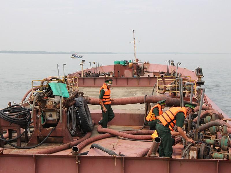 Bắt 4 tàu hút cát lậu trên biển Cần Giờ - ảnh 1