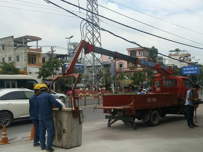 Xe bồn kéo đường dây điện phát cháy trước trạm xăng - ảnh 1