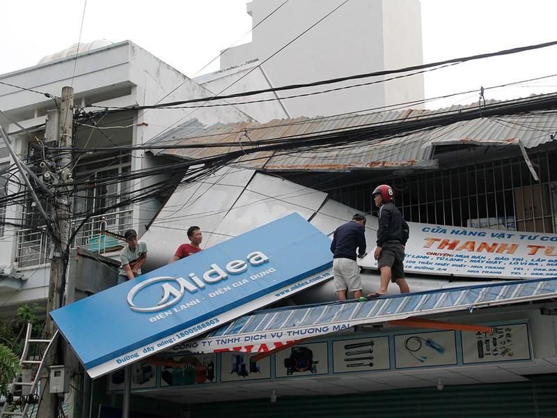 Người dân TP Nha Trang dồn sức khắc phục bão 12 - ảnh 10
