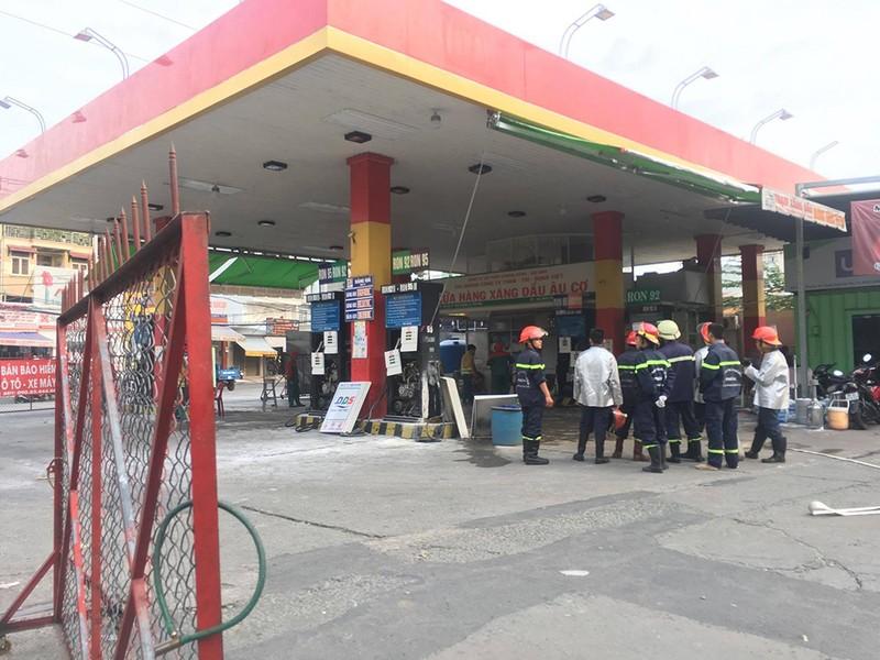 Cửa hàng xăng dầu bốc cháy, dân hốt hoảng tháo chạy - ảnh 2