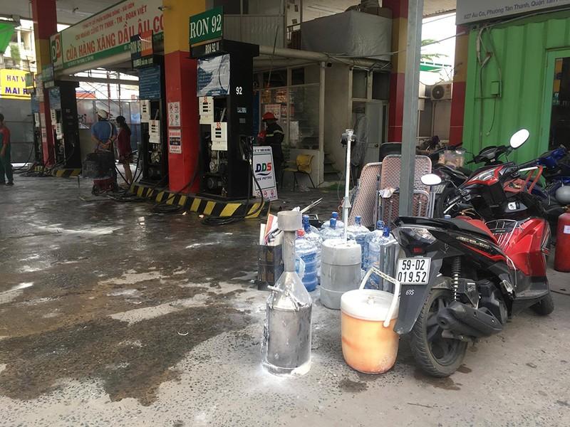 Cửa hàng xăng dầu bốc cháy, dân hốt hoảng tháo chạy - ảnh 1