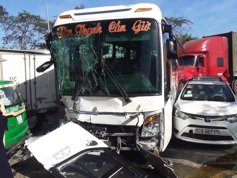 Vụ tai nạn khiến 2 người bị thương nặng phải nhập viện cấp cứu; các phương tiện hư hỏng nặng.