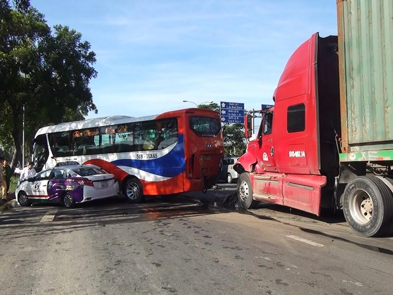 Chiếc container tông thẳng vào đuôi xe khách rồi đâm va liên tiếp vào các phương tiện đang dừng đèn đỏ.