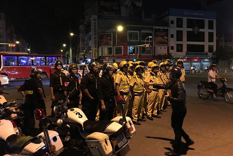 Hàng trăm xe máy đi 'bão', bị cảnh sát bắt giữ - ảnh 2
