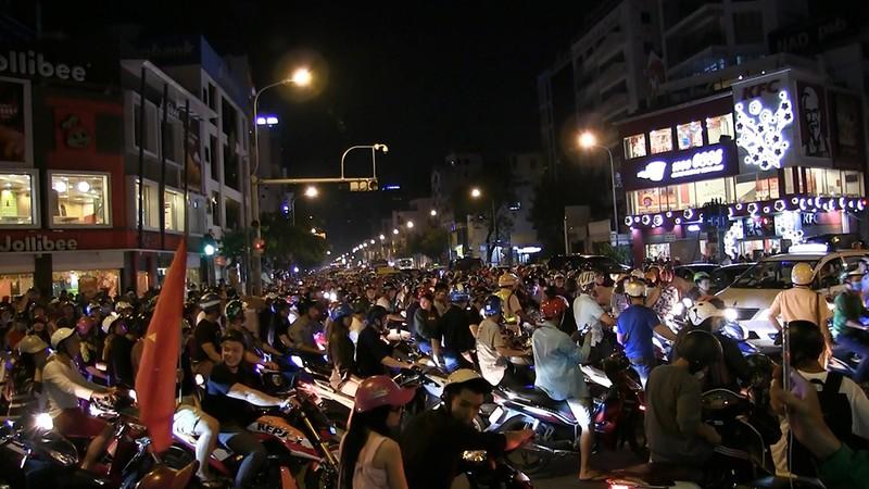 Hàng trăm xe máy đi 'bão', bị cảnh sát bắt giữ - ảnh 3