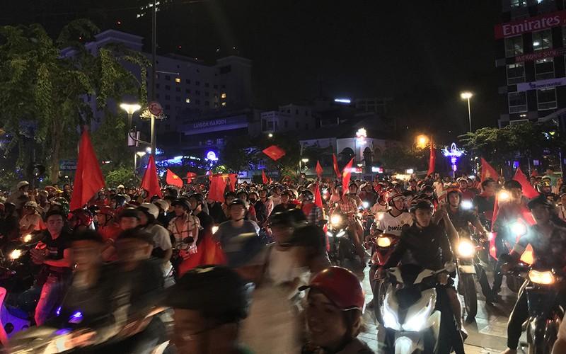 Hàng trăm xe máy đi 'bão', bị cảnh sát bắt giữ - ảnh 1