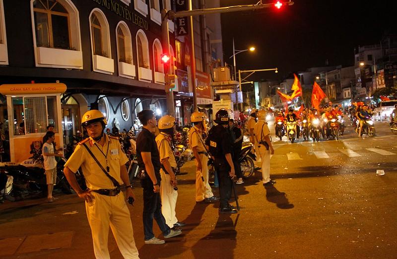 Cảnh sát giao thông phát loa giải tán đám đông - ảnh 2