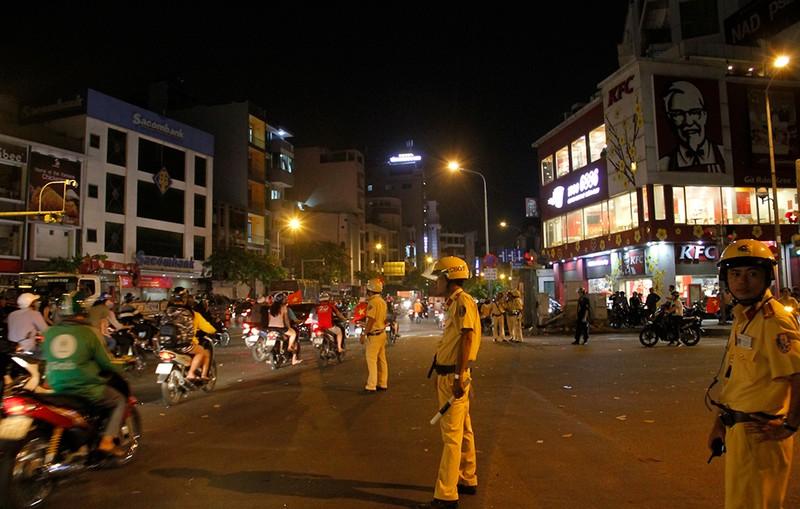 Cảnh sát giao thông phát loa giải tán đám đông - ảnh 1