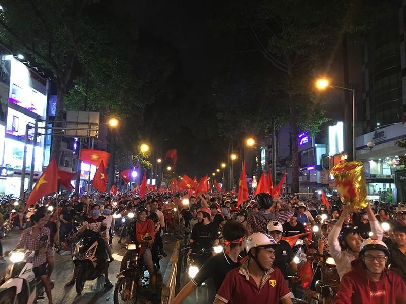 Cảnh sát giao thông phát loa giải tán đám đông - ảnh 3