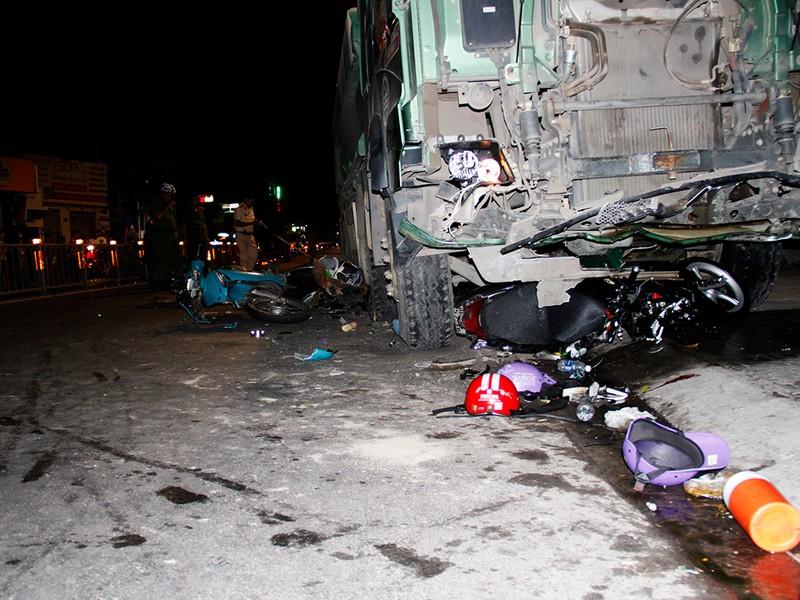 Hiện trường xe ben tông hàng loạt xe máy ở Gò Vấp  - ảnh 2