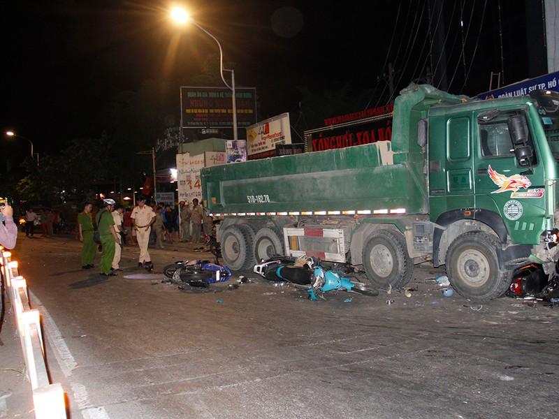 Hiện trường xe ben tông hàng loạt xe máy ở Gò Vấp  - ảnh 4