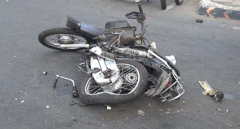 Xe khách cuốn 2 xe máy vào gầm ở quận 5 - ảnh 1
