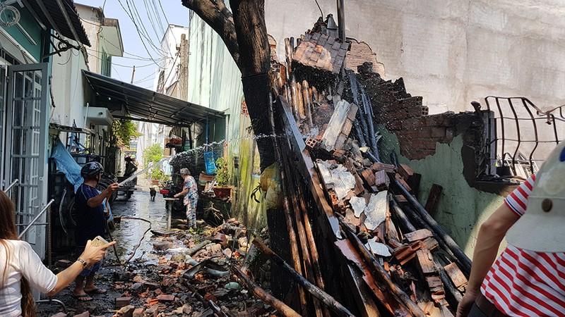 2 cha con trèo tường thoát khỏi vụ cháy ở quận 12 - ảnh 2