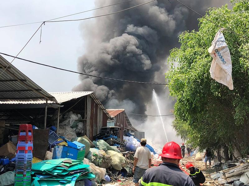11 người mắc kẹt trong đám cháy lớn ở Bình Chánh - ảnh 2