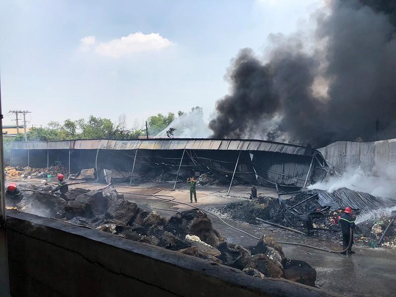 11 người mắc kẹt trong đám cháy lớn ở Bình Chánh - ảnh 3