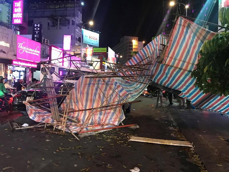 Giàn giáo đổ sập trong mưa trúng nhiều xe dừng đèn đỏ - ảnh 1