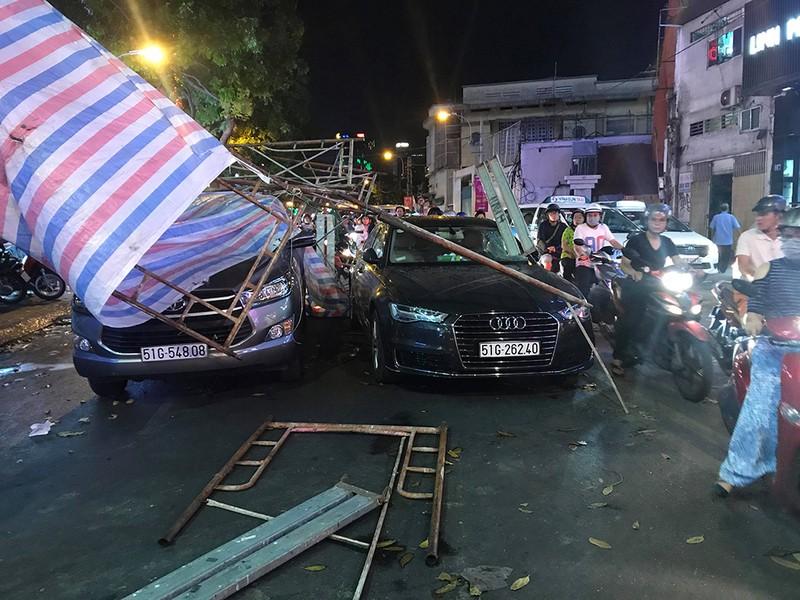 Giàn giáo đổ sập trong mưa trúng nhiều xe dừng đèn đỏ - ảnh 2