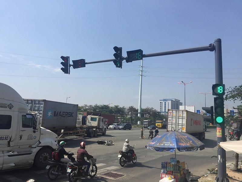 Va chạm container ở xa lộ Hà Nội, 2 người trọng thương  - ảnh 1