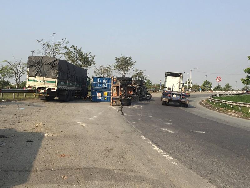 Quận 9: Container lật nhào, thùng hàng văng vào xe tải - ảnh 1