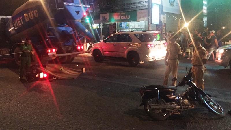 Xe bồn va 2 xe máy ở Bình Chánh, 1 người tử vong - ảnh 1