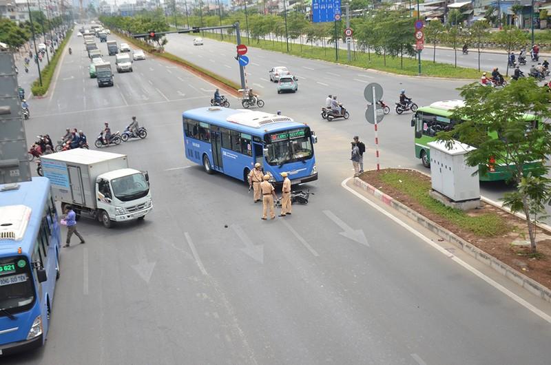 Băng qua đường Phạm Văn Đồng, bị xe buýt tông văng 10 m - ảnh 1