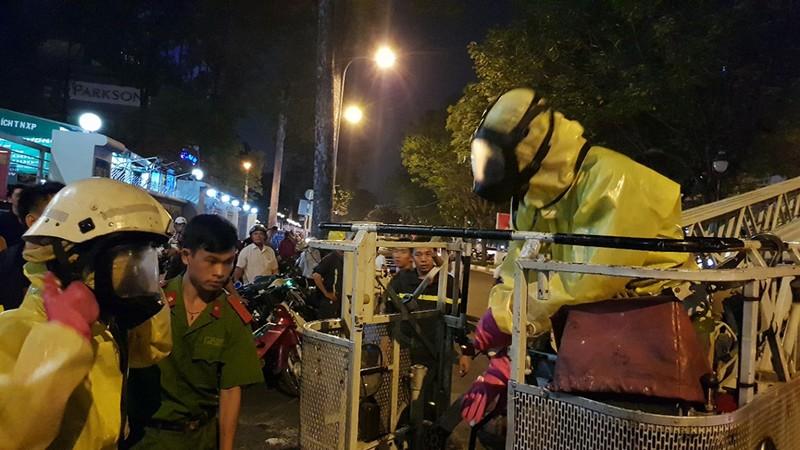 Cảnh sát phong tỏa đường, đốt đuốc phá tổ ong mật - ảnh 3