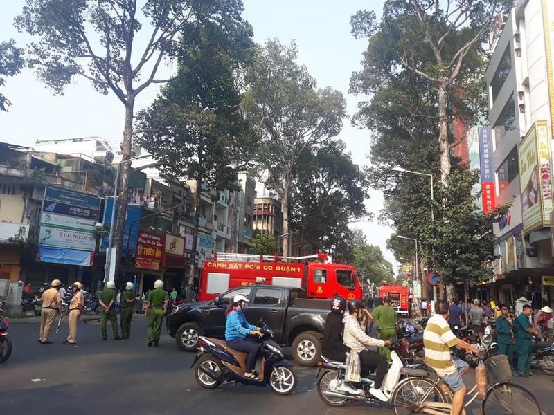 Cháy khách sạn ở quận 5, 19 người mắc kẹt - ảnh 2