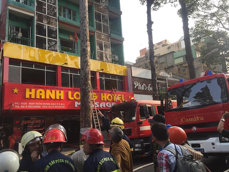 Cháy khách sạn ở quận 5, 19 người mắc kẹt - ảnh 3