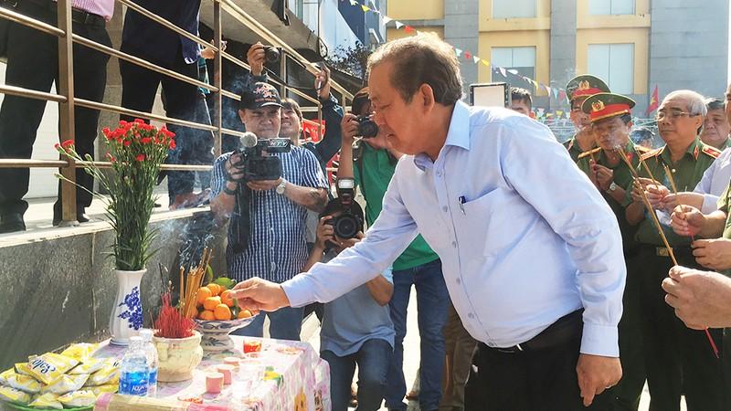 Phó Thủ tướng thắp hương ở hiện trường vụ cháy Carina - ảnh 1