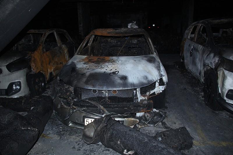 Cận cảnh những xe cháy trong hầm chung cư Carina Plaza - ảnh 7