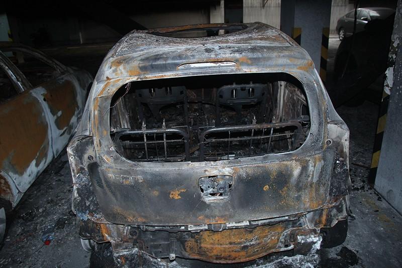 Cận cảnh những xe cháy trong hầm chung cư Carina Plaza - ảnh 8