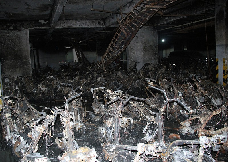Cận cảnh những xe cháy trong hầm chung cư Carina Plaza - ảnh 11
