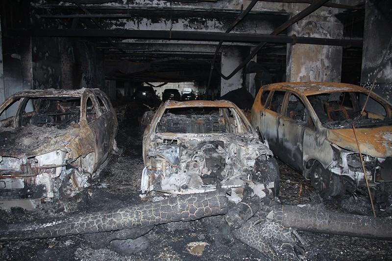 Cận cảnh những xe cháy trong hầm chung cư Carina Plaza - ảnh 1