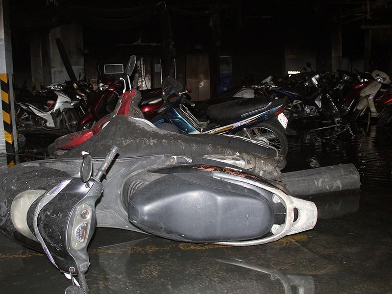 Cận cảnh những xe cháy trong hầm chung cư Carina Plaza - ảnh 2