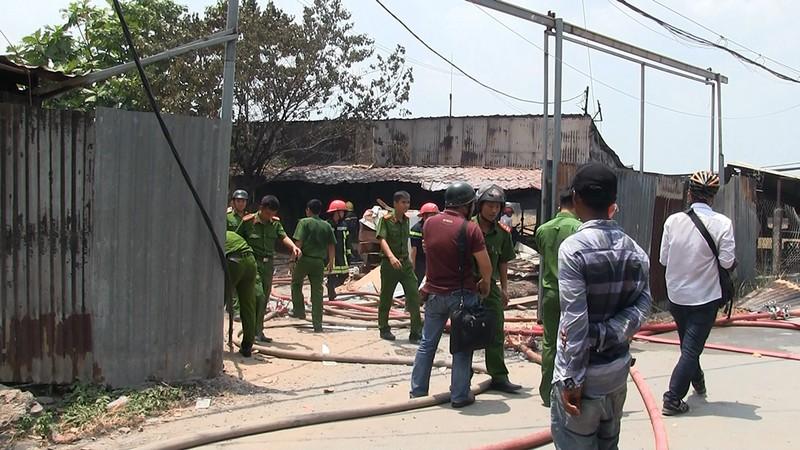 Cháy xưởng gỗ ở quận 12, dân hô hoán dập lửa - ảnh 2