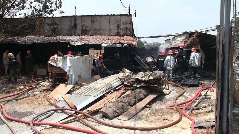 Cháy xưởng gỗ ở quận 12, dân hô hoán dập lửa - ảnh 1