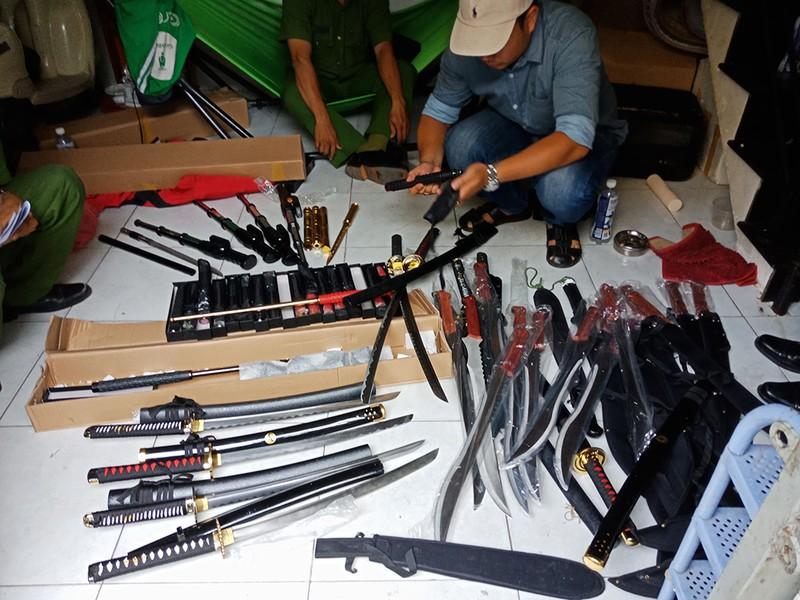 Cảnh sát bắt trùm chuyên cung cấp hàng nóng ở Sài Gòn - ảnh 2